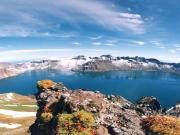 9월 20일 남북정상이 함께 오른 백두산 천지는 세계에서 가장 깊은 화산 호수이며, 아시아에서 가장 크고 세계에서 가장 높은 화구호이다. 백두산 천지의 위치는 북위 42°06′, 동경 128°03′이다. 백두산 천지의 형상은 구형, 마름모형, 호형이다. 백두산 천지의 너비는 3.58km이고 면적은 9.18km2, 집수 면적 50.57km2, 물 저수용량은 20억 4,000만m3이다. 백두산 천지의 가장 깊은 곳은 384m로 천지 남쪽이 좀 얕고 북쪽이 깊다. 평균 깊이는 214m이고 천지 수면의 해발 고도는 2,194m이다. 천지 물의 연 유출량은 4,481만m3이다. 연평균 수온은 -7.3~11℃이고 여름의 수면 온도는 5℃이다. 천지 물의 연 증발량은 284만m3로 총 유출량의 9%를 차지한다. 여름(8월)의 수온은 8℃이고 20m 깊이에서 수온은 3.5~4℃이다. 천지 물의 투명도는 19m이고 색깔은 초록색이다.  백두산 천지 천문봉 아래 천지 물 밑바닥과 백두봉 아래 천지 물가, 백운봉 아래 천지 밑바닥에서는 뜨거운 온천과 기체가 분출되고 있다. 백두산 천지 물은 지표수와 지하수로 흘러 나가고 있다. 봄과 여름에는 주로 지표로 유출되고 가을과 겨울에는 주로 지하수로 유출되고 있다. 백두산 천지에 괴물이 나타났다고 하였으나 사실상 아무런 괴물도 존재하지 않는다. 1960년과 1980년대에 북한에서 5종의 어류를 인공적으로 방류하였으며, 산천어가 많이 나타나고, 천지에 수달, 곰 등 동물들이 나타나고 있다.
